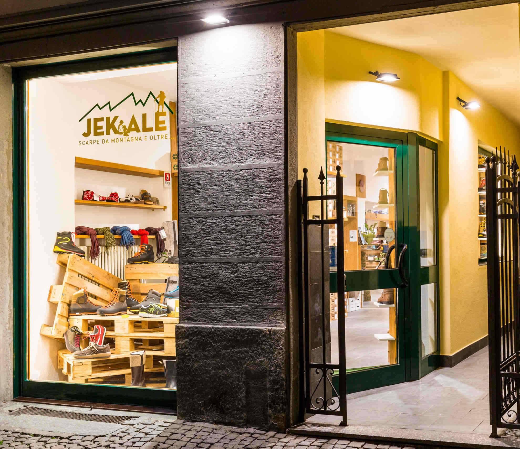 Jek e Ale vetrina negozio Morbegno Calzolaio cancelletto frontale